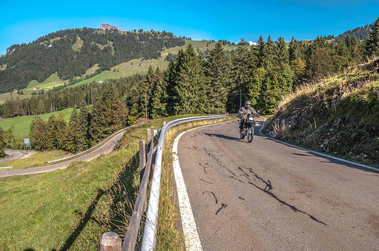 Die Fahrt über die Ibergeregg ist ein riesen Spass und nicht ohne Grund eine der beliebtesten Motorradstrecken in der Region.
