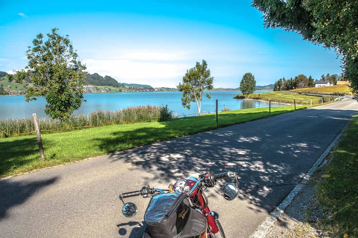 Die rechte Uferseite des Sihlsees ist deutlich kurvenreicher und interessanter zu fahren.