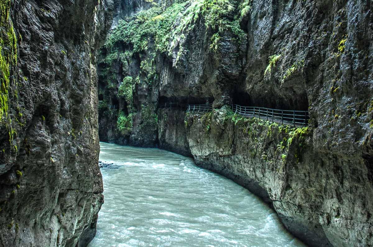 ...und kann heute noch dank dem gut ausgebauten Weg, der aus Tunneln und Stegen besteht, besichtigt werden.