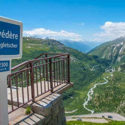 Auf der Passhöhe lädt die Aussichtsplattform beim Hotel Belvédère zu einem Zwischenstopp ein.