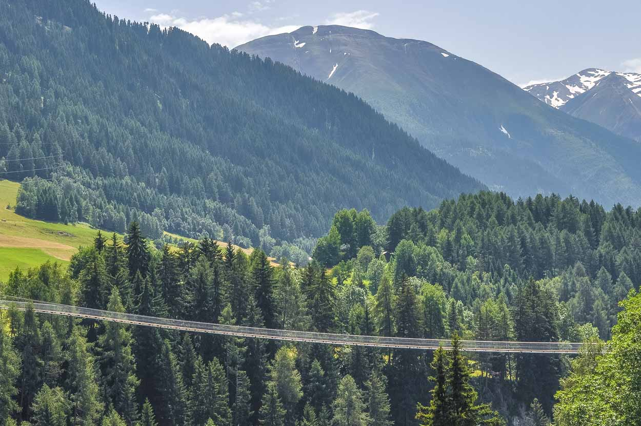 ...verbindet die beiden Wandergebiete von Bellwald und Ernen sowie den Rottenweg und den Gommer Höhenweg.