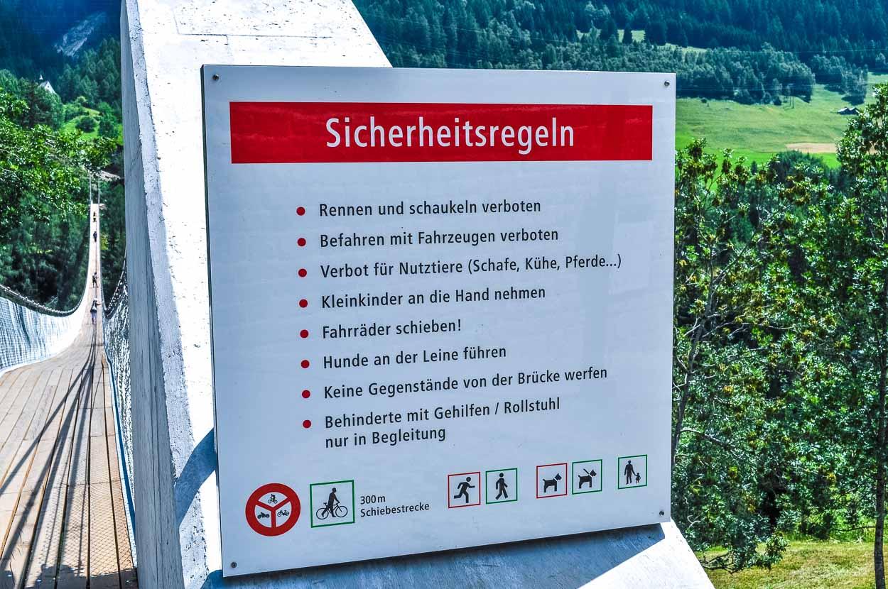 Leider darf man weder mit dem Motorrad drüber fahren, noch seine Schafe auf die andere Seite treiben. Typisch Schweiz - alles ist verboten. ;)