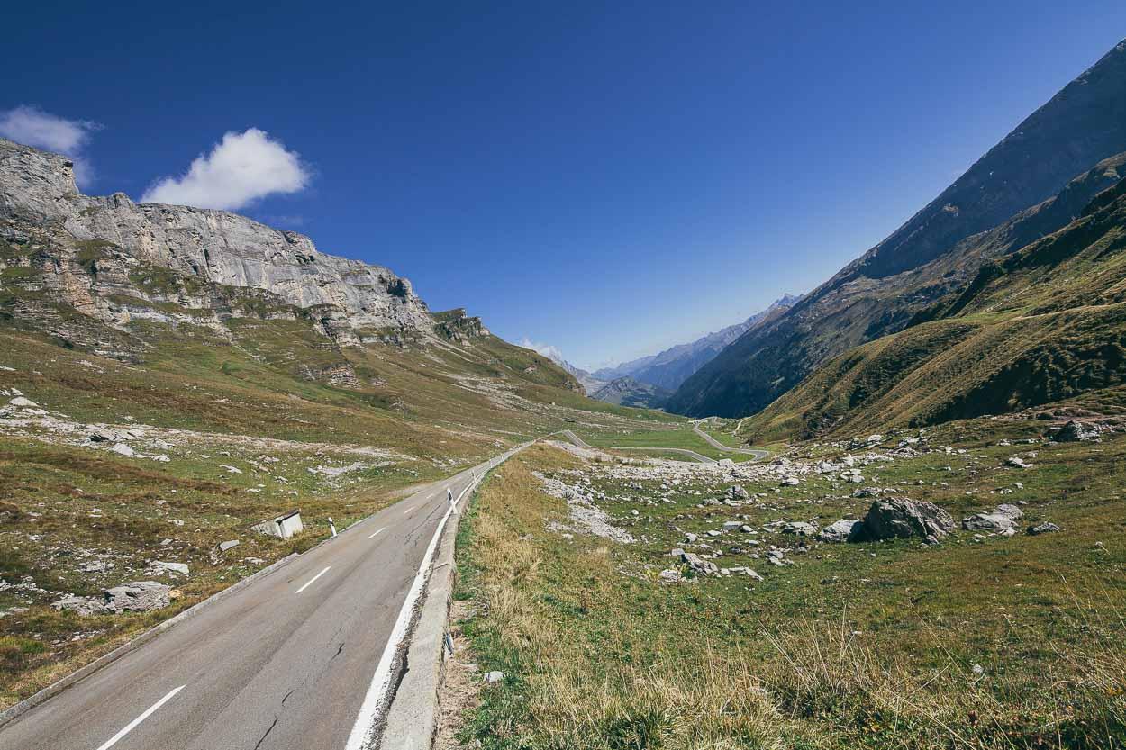 Der ebenso spektakuläre Abstieg Richtung Kanton Glarus.