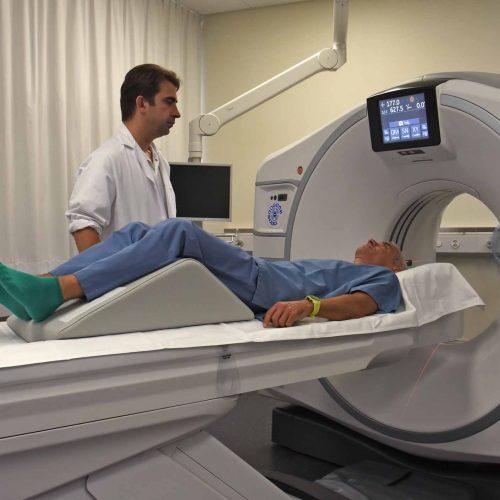 Radiologie: Die Angebotspalette in der Radiologie am SPZ ist gross: MRI Untersuchung (Magnetresonanztomographie), CT-Untersuchung (Computertomographie), das konventionelle Röntgenbild, EOS-Untersuchung, Durchleuchtung, Ultraschall-Untersuchung sowie DEXA-Untersuchung (Knochendichtemessung). Auch Ärzte von ausserhalb des SPZ weisen Patienten in die Radiologie auf dem Campus Nottwil ein.