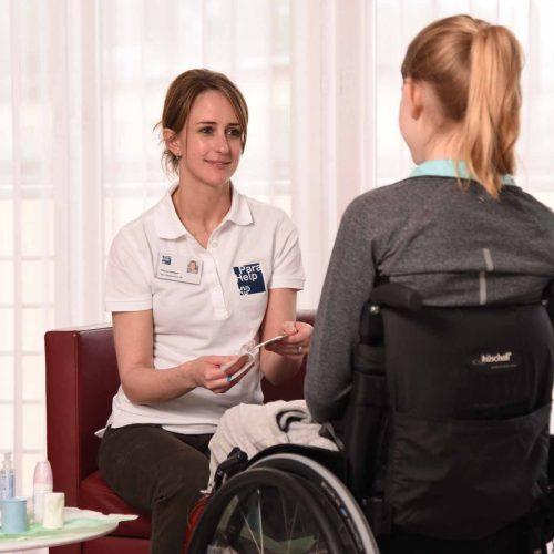 ParaHelp berät und unterstützt schweizweit Menschen mit lähmungsbedingten Behinderungen sowie deren Umfeld fachspezifisch, individuell und zielgerichtet bei Fragen zu Pflege und Betreuung. Im Mittelpunkt steht die Rehabilitation zu Hause, die Vermeidung von Komplikationen sowie die Förderung der Lebensqualität.