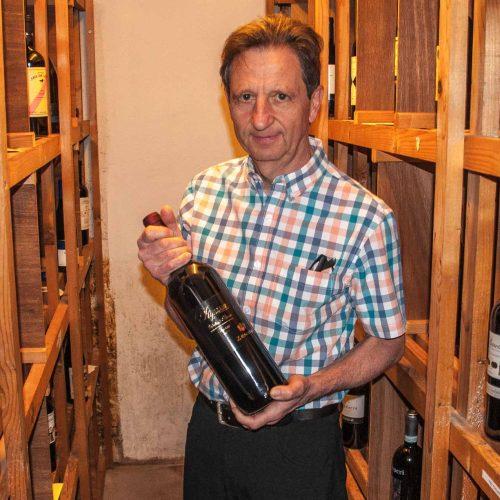 Fritz Grossenbacher ist stolz auf sein sorgfältig ausgesuchtes Weinangebot.