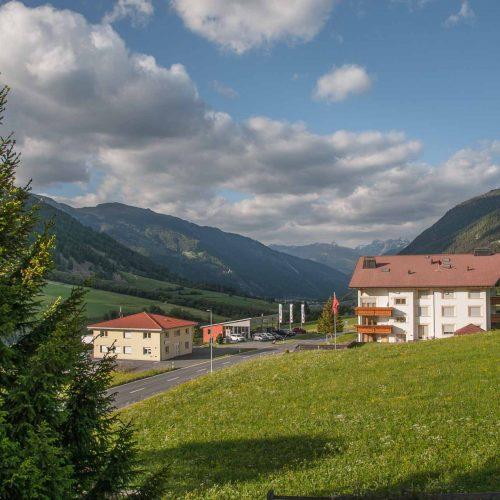 Von den Hotelzimmern aus hat man einen wunderschönen Ausblick in die Bündner Landschaft.