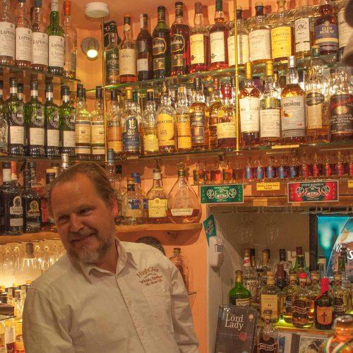 DIE Touristenattraktion in Santa Maria liegt nur einen Steinwurf vom Hotel Schweizerhof entfernt: Die kleinste Whiskey-Bar der Welt.