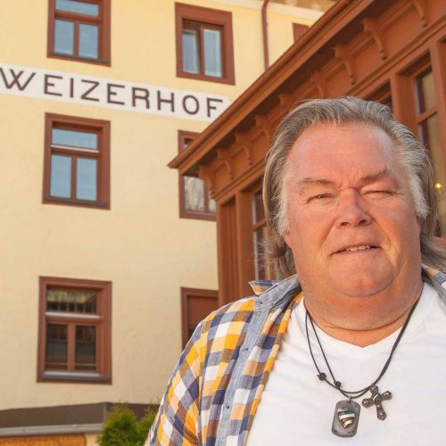 Hans führt sein Hotel mit viel Herzblut und hat den Schweizerhof im Münstertal in ein Paradies für Töfffahrer verwandelt.