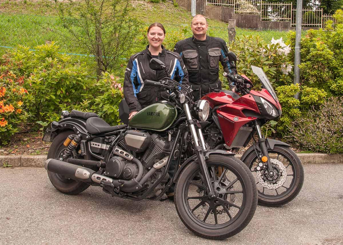 Manuelas Yamaha XV950 und Retos Tracer 700 stehen bereit für die erste Gruppenreise.