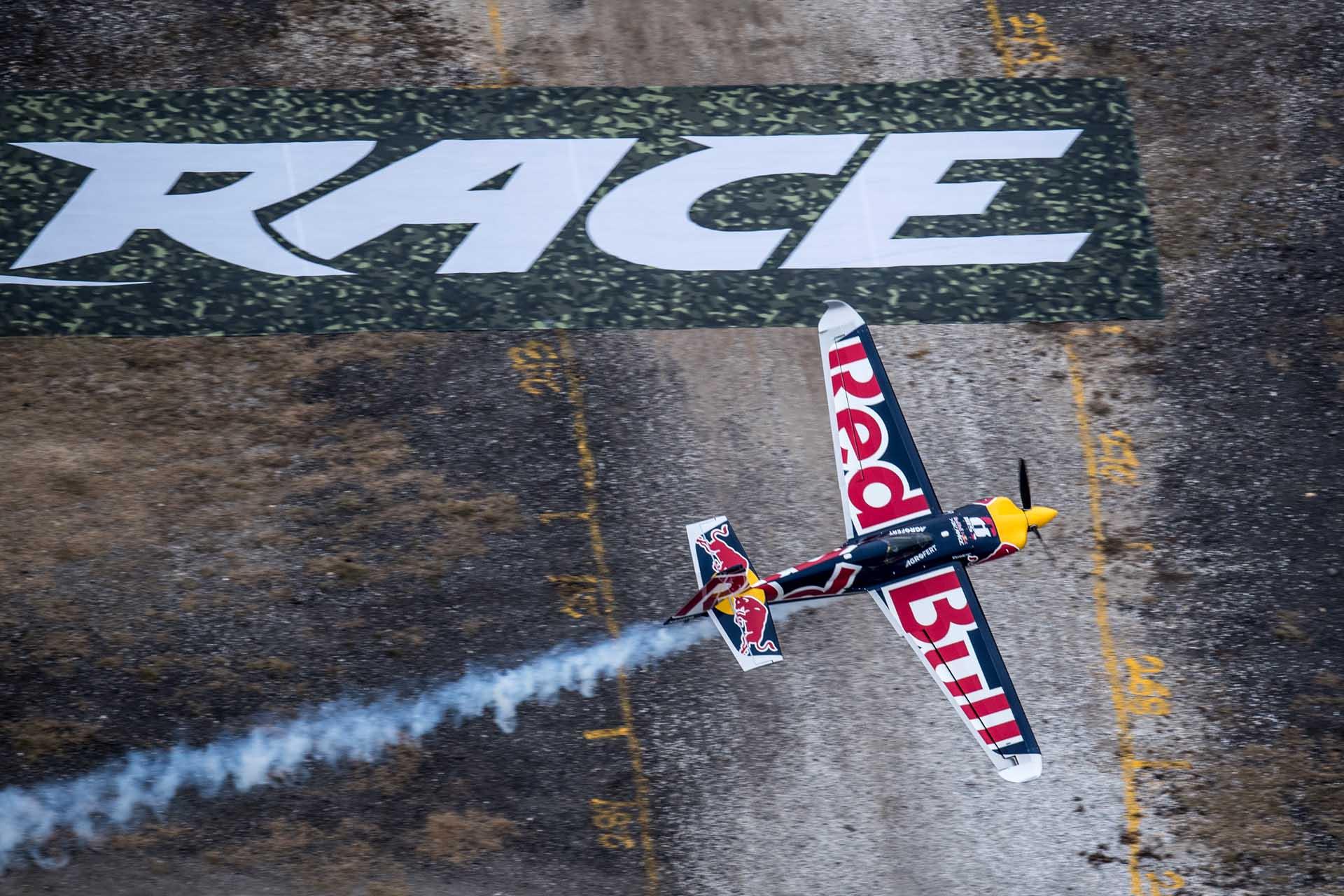 Ebenfalls für Action sorgen wird eine Demo-Show des Red Bull Air Race Teams.