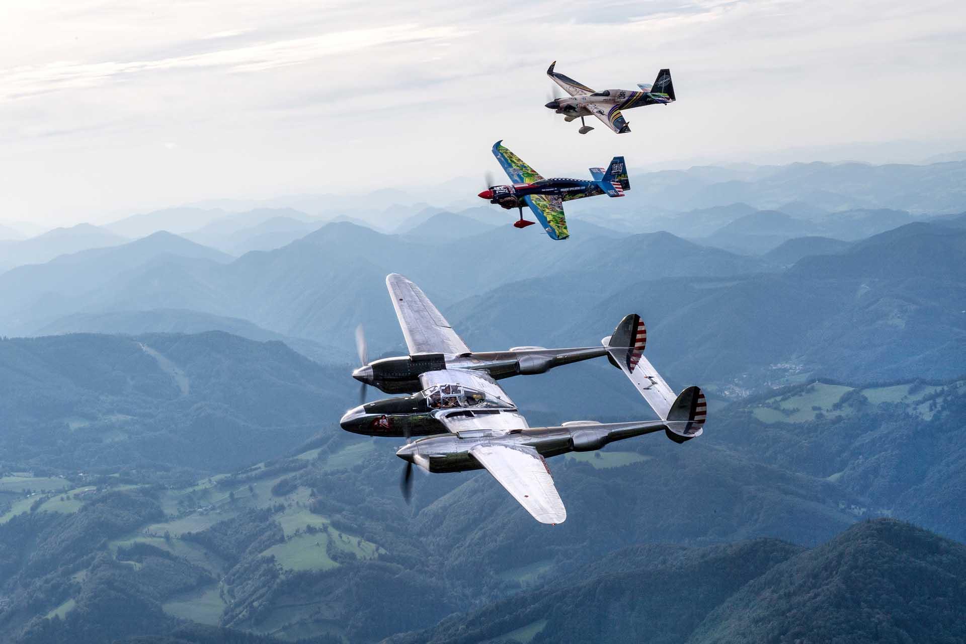 Die Stars, die beim RED BULL RACE DAY im Himmel in Aktion treten, werden Aviatik-Fans ins Schwärmen bringen. Sie reichen von einer seltenen P-38 Lightning von The Flying Bulls bis hin zur Classic Formation bestehend aus einer Swissair DC-3 und drei Beech 18 Maschinen.