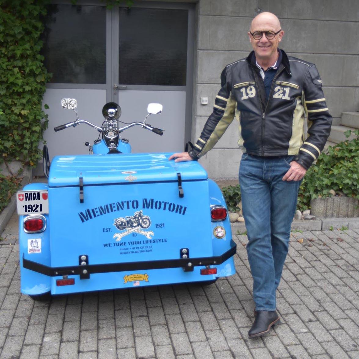 Der Schmuckdesigner Ueli Küng produziert mit Design-Elementen aus dem Motorenbau, Werkzeugen hochwertige Lifestyle-Produkte.