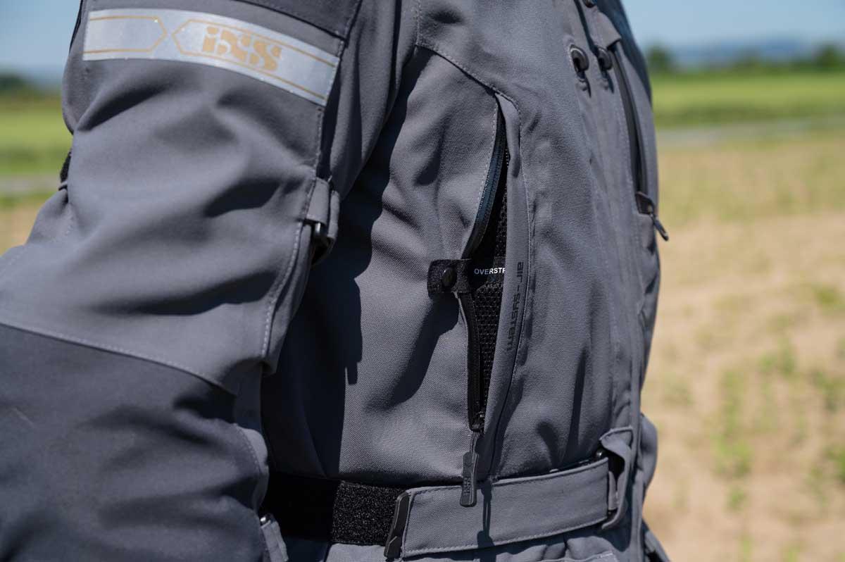 Zahlreiche, durchdachte Details: Belüftungssystem mit Aufstellfunktion an Jacke und Hose, grosszügige Weitenverstellung an Taille und Ärmel und wasserdichte Taschenzipper ohne Zähne (das Handy in der Jackentasche bleibt trocken).