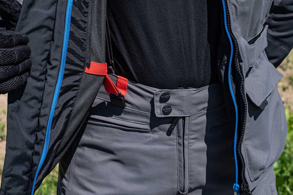 Das patentierte iXS Magnetic Connection-System (iMC) ist eine innovative Kombination aus Haken und Magneten, welche das Gurtsystem beim Anziehen der Jacke automatisch verschliesst und sich mit nur einem Finger simpel wieder lösen lässt - einfach genial.