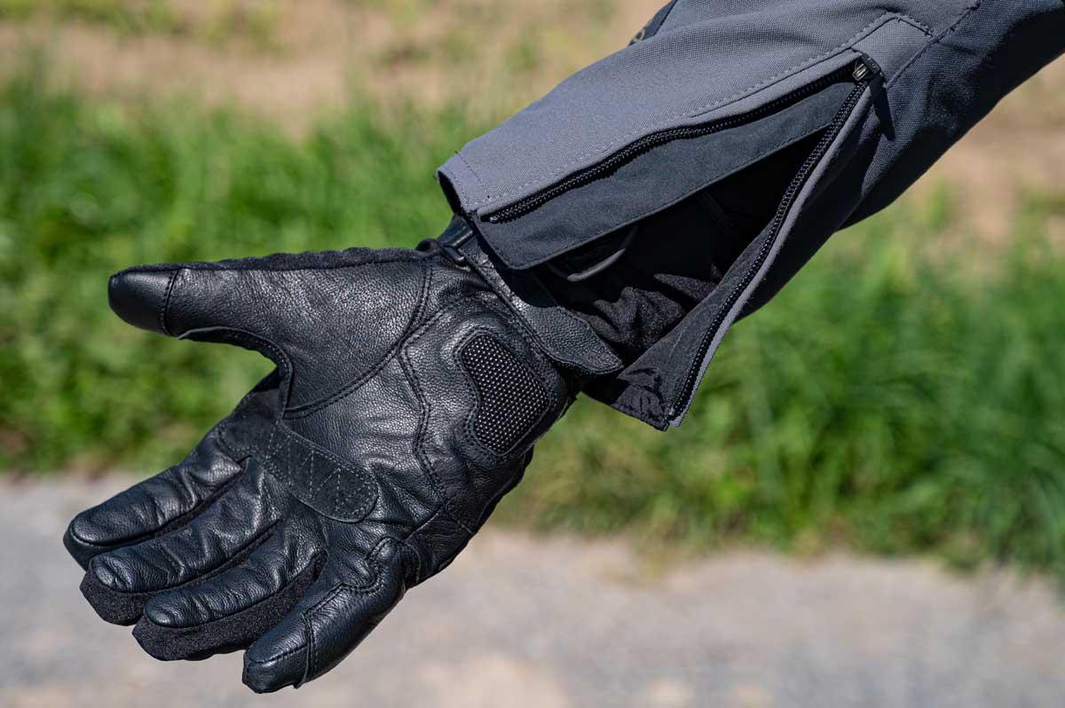 Dank den grosszügig bemessenen Reissverschlüssen passen auch dickere Handschuhe unter den Ärmel.