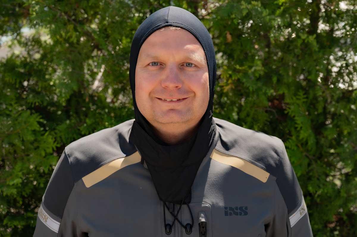 Die integrierte Sturmkapuze im Nacken lässt sich nicht nur über den Kopf ziehen und angenehm unter dem Helm tragen, sie kann auch an der Brust an zwei Haken befestigt werden.