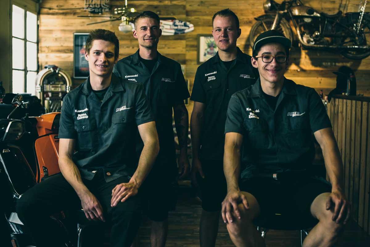 Das Auer Power Team: Julian Müller (Motorradmechaniker), Daniel Rohrer (Inhaber), Michael Abächerli (Motorradmechaniker) und Pascal Dürrer (Motorradmechaniker in Ausbildung)