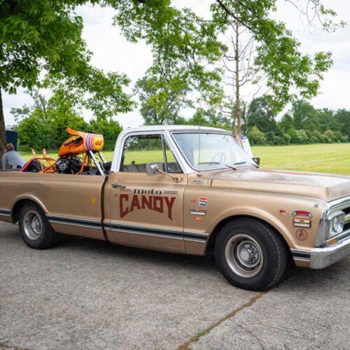 Dave's treuer Pick-Up, ein 69er GMC 1500, der das Team an alle Events bringt.
