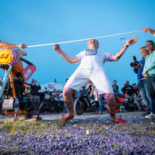 Spass darf auch nicht fehlen: Der Limbo Contest, an dem Zusatzpunkte für den Sultans Championship vergeben werden (Cafe Racer Festival, Monthléry).