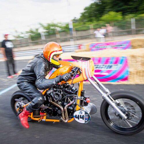 GAAAASSSSS………. Endlich wird das Sprintbike von der Leine gelassen, Vollgas und Traktion halten (Cafe Racer Festival, Monthléry).