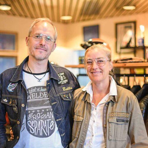 Dave und Patricia in ihrem Showroom in Baar: Seine Lebenspartnerin steht ihm auch im Geschäft zur Seite.