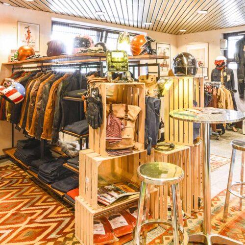 Auch die weibliche Kundschaft wird bei Moto Candy stilvoll eingekleidet: Damen-Jacken-Kollektion aus Stoff oder Leder. Ebenfalls von Original Driver, Paris.