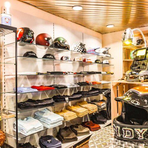Helme, Caps, T-Shirts und Riding-Jeans, in allen gängigen Grössen verfügbar und zur Anprobe bereit.