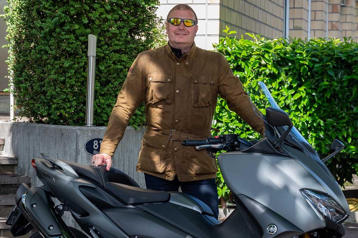Aus meiner Sicht ist der Yamaha TMAX trotzdem kein vollwertiger Ersatz für ein Tourenmotorrad – eine sinnvolle Alternative für Scooterfahrerinnen und -fahrer die etwas Motorradluft schnuppern, den Einsatzbereich ihres City-Flitzers etwas ausweiten, aber sich trotzdem kein zweites Bike in die Garage stellen wollen, jedoch schon.