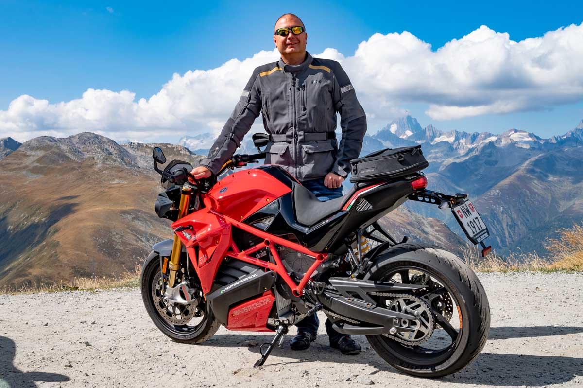 Für eine richtige Männertour braucht es natürlich auch ein muskelbepacktes Männerbike. Die Energica Eva Ribelle ist mit 145 PS und 215 Nm Drehmoment genau die richtige Begleiterin für dieses Wochenende.