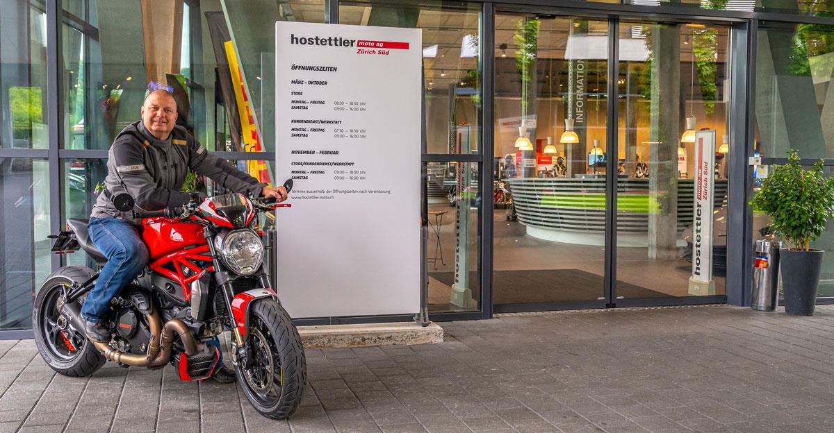 Reto Richard (moto-lifestyle.ch) vor der neuen Filiale der hostettler moto ag in Adliswil.