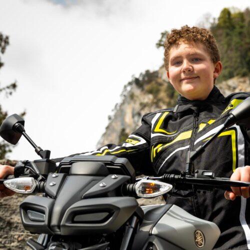 Diesen Monat ist es endlich soweit – Noah wird 16 Jahre alt. Endlich darf er seine Yamaha MT-125 fahren.