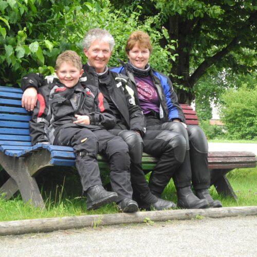 Noahs Eltern Andreas und Regina sind beide begeisterte Töfffahrer und haben ihn schon sehr früh auf ihre Touren mitgenommen.
