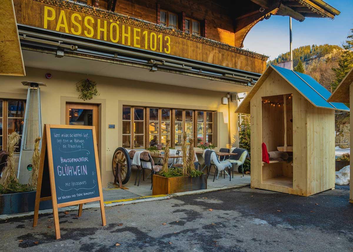 Wer unterwegs einen Zwischenstopp einlegen und etwas feines essen möchte, tut dies am besten auf dem Brünigpass im Restaurant Passhöhe1013.