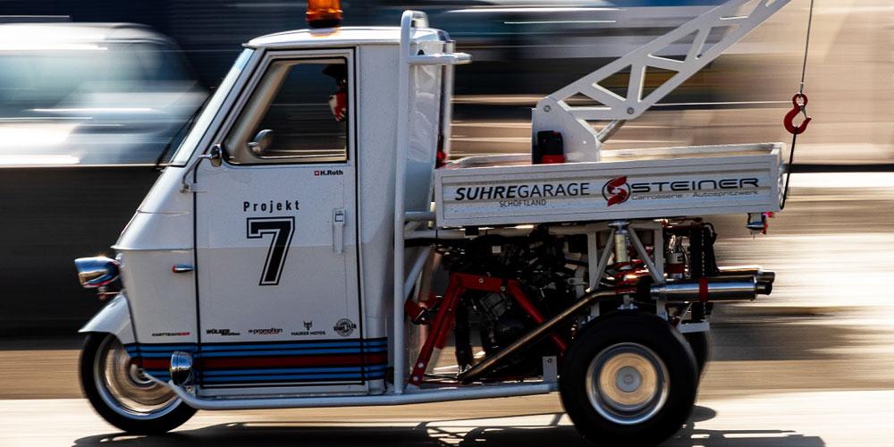Doch das ist längst nicht alles: Der begabte Tüftler präsentiert einen umgebauten Schweizer 2er-Bob mit einem Yamaha R1 Motor und sein in 500 Arbeitsstunden von 3 auf 151 PS aufpoliertes Renngerät «APE P1000», ein Abschlepper mit der Power eines Yamaha R1 Motors und allerlei handgefertigten Umbauteilen.