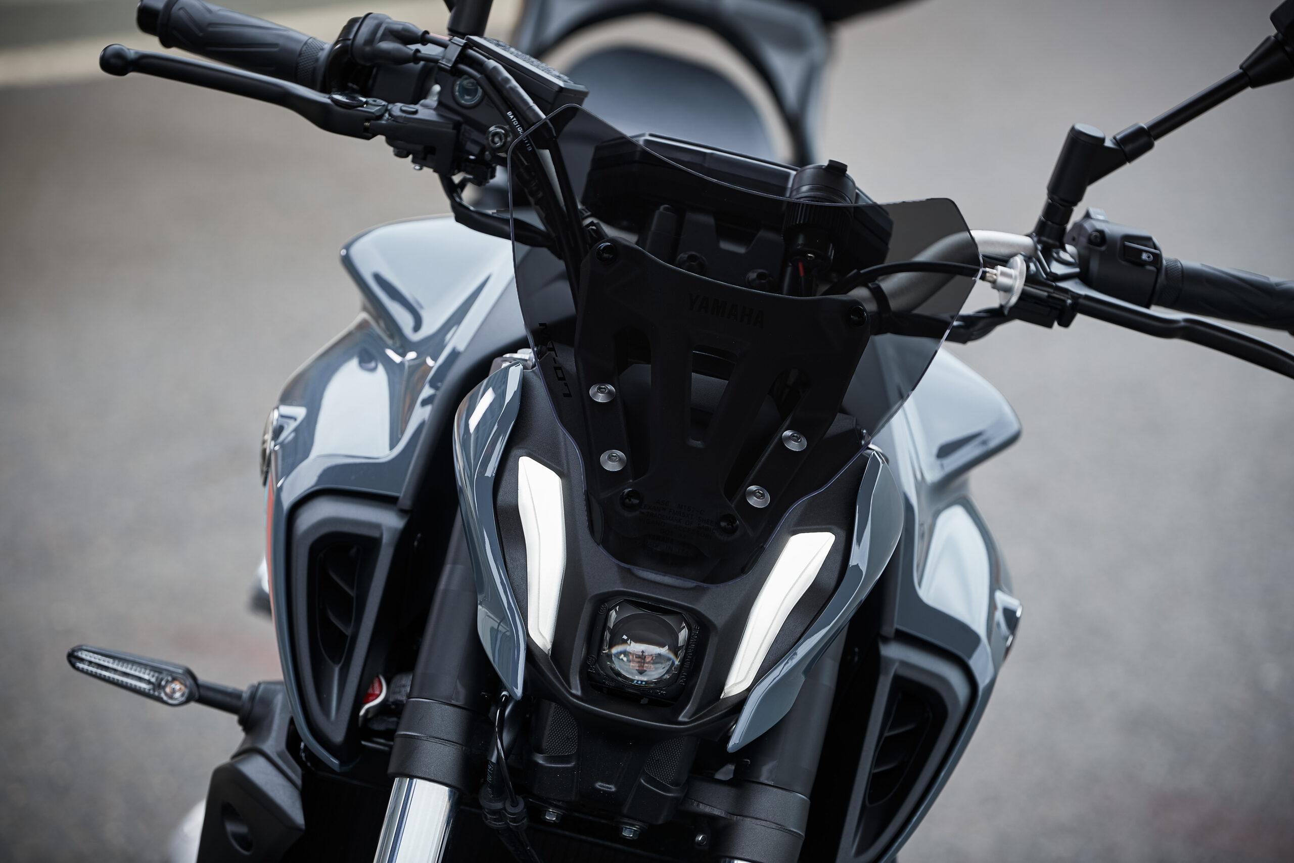 Bild (Fotomontage): Die im Yamaha Originalzubehör erhältliche kurze Windschutzscheibe, ist nur in einer Klarglas-Ausführung erhältlich. Diese lässt sich jedoch einfach mit Folie abdunkeln.