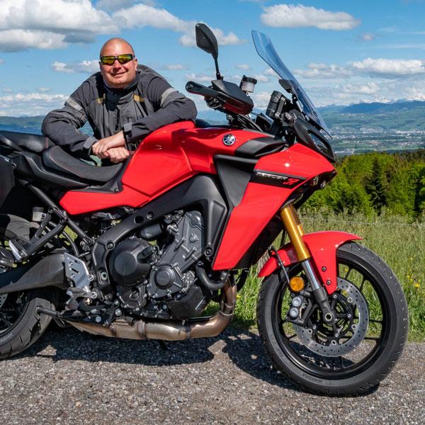 Wer sich nicht mehrere Bikes in die Garage stellen will und ein sportliches Motorrad sucht, das in jeder Lebenslage ausgezeichnet funktioniert, ist mit der Tracer 9 GT bestens beraten.