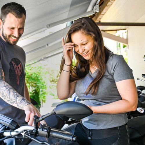 Bevor ich mich auf den Weg mache, werde ich noch von Kevin, der den Verkauf bei Moto Strahm leitet, instruiert.