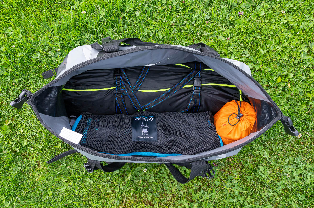 Auf dem Bild seht ihr eine fast vollständig bepackte Tasche mit dem Tunnelzelt, einem Stuhl, dem Tarp und der Schlafmatte. Wie man sieht, bleibt noch genügend Platz für Freizeitbekleidung und einen leichten Sommerschlafsack.