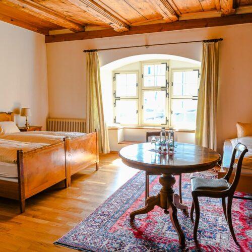 Selbstverständlich sind Töfffahrer und Töfffahrerinnen im Gasthaus «Hotel Hirschen» herzlich willkommen.