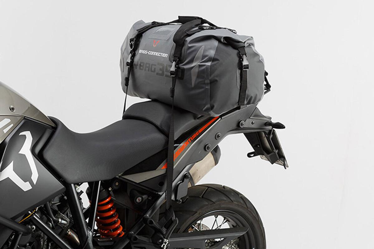 Die wasserdichte Tasche bietet mit 35 Liter viel Platz und kann schnell und einfach am Bike montiert werden.
