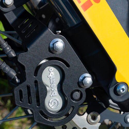 Für zusätzliche Sicherheit im Gelände sorgen diverse Schutzteile von KEDO, da sie empfindliche Teile wie Bremszangen, Ausgleichsbehälter, Bremspumpe und -leitungen sowie die ABS-Sensoren schützen.