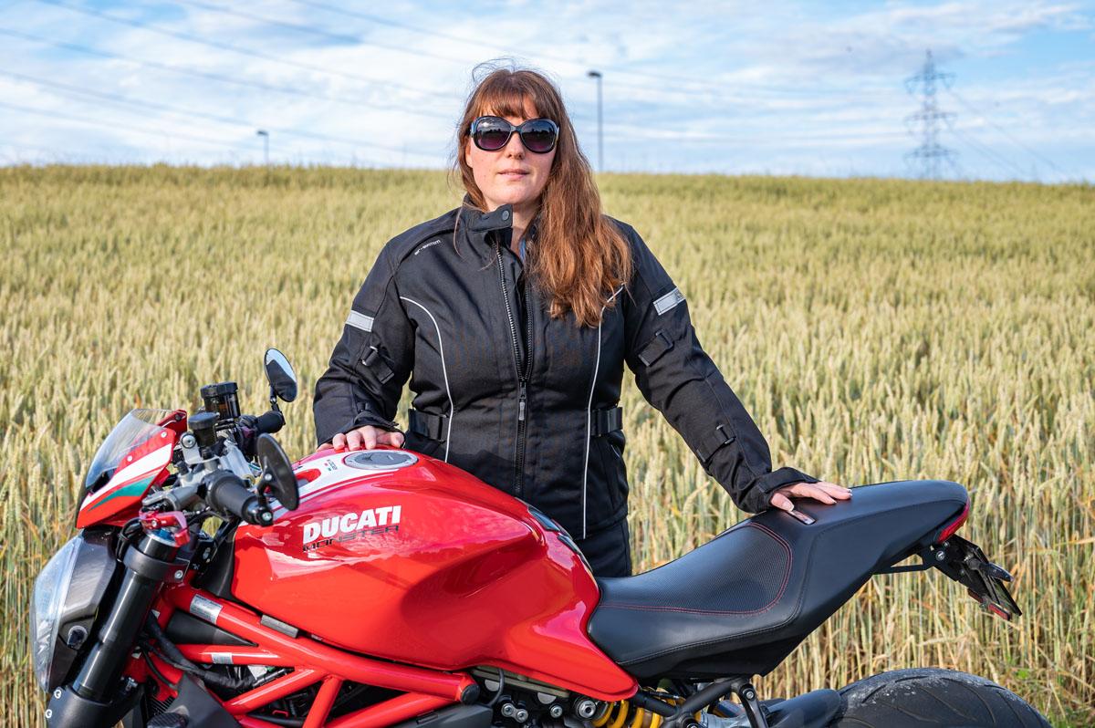Manuela mit ihrer Ducati Monster 1200 R und Jacke und Hose Tour Damen Classic-GTX von iXS - perfekt gerüstet für ausgedehnte Touren.