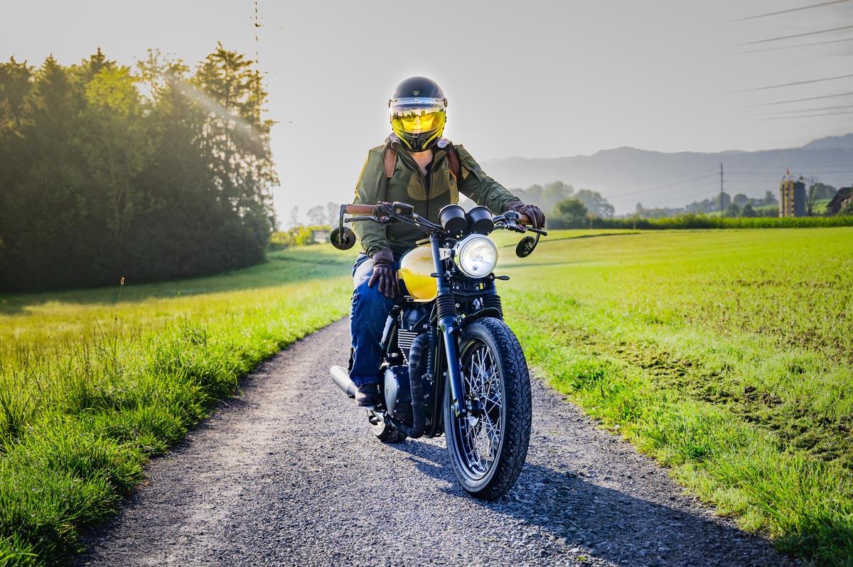 Manuela (moto-lifestyle.ch) mit ihrer Bonneville T214.